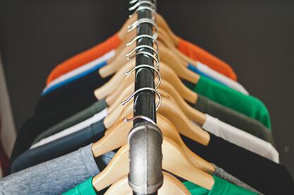 Shirts aan kledingrek
